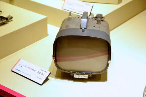 その結果できたのがテレビなわけですが、ビックリしたのがこのテレビ。 ソニー ポータブルテレビ TV8-301 1960(昭和35)年 世界初の直視型ポータブルトランジスタテレビ とあります。今から60年近く前にこんなコンパクトでカッコイイテレビがあったなんて・・・ちょっとビックリしてしまいました。