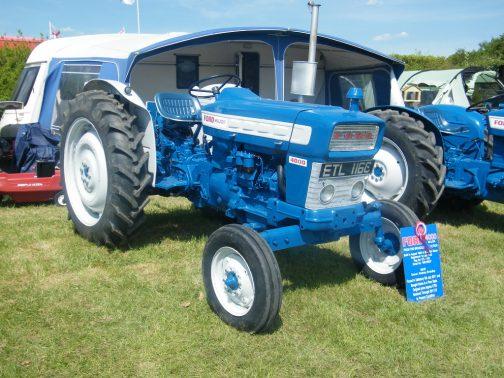 ネットを探してみると、同じ機体が見つかりました。FORD 4000 MAJORです。 tractordata.comではFORD4000は3期に分かれて生産されていた模様で、この4000MAJORは第二期目、1965〜1967年のものではないかと思います。