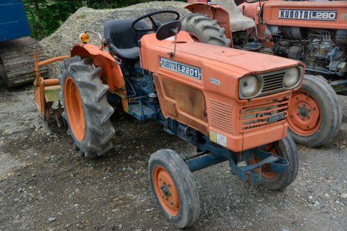 クボタL2201(二駆)です。魔改造も施されていなくて、若干平凡に感じるL型を見るのも俄然楽しくなる、「運輸省型式認定番号で全メーカーのトラクターをソートしよう!」的発見・・・