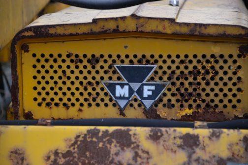 MFのヘッドマーク。トラクターですと立体感のある、厚みのあるものが付いていることが多いですけど、こちらは凸凹も少なく、あっさりとしています。