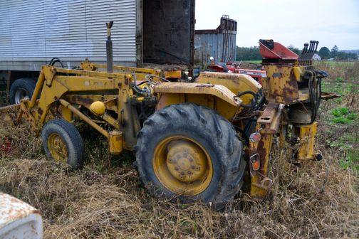 もしかしてバックホーを取り外し、農家でローダーとして使われていたのかもしれませんね。