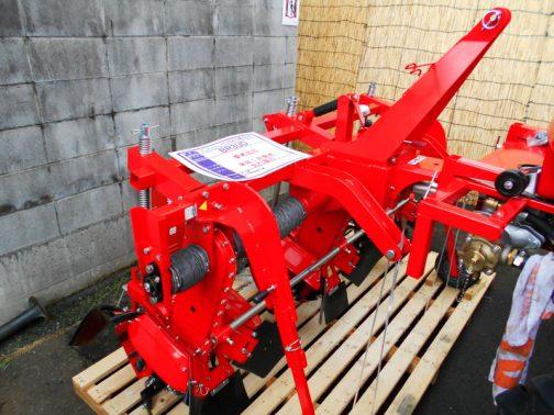 やっと何とか読めました。 KCV2200用カルチ BR3UD 参考出品 来年1月発売 先行展示 ★3連 ★中耕管理作業 作業機が付くのですね。ユニークです。