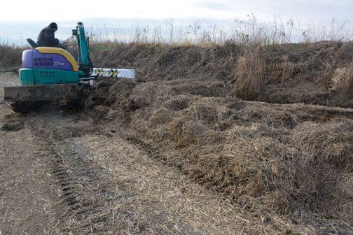 道端にわらが寄せてあるのは、耕作者が積み上げたものです。台風後、自己責任的にこれをやるのはきっとやるせない気持だったことと思います。