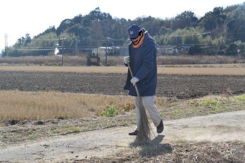 どうしても泥が落ちてしまうのですが、小学生の通学路なのでできるだけきれいに掃除しながらの作業です。
