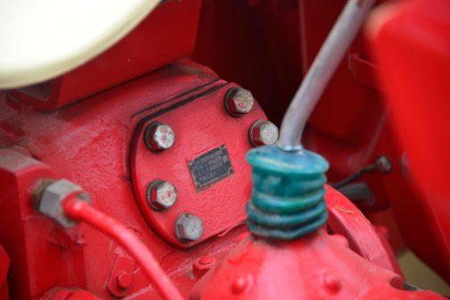 後ろの銘板には 製造番号2453 製造年67-8 萱場工業株式会社 とあります。 油圧装置か何かでしょうか?製造年は1967年8月を表しているのでしょうね。 それよりも注目はレバーの根本です。 これ、グリスが入っているチューブじゃないでしょうか?