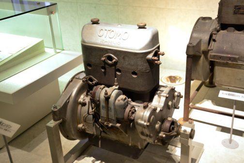エンジンの実物が展示されています。 Wikipediaによるとそのスペックは  販売期間1924年 - 1927年 デザイン豊川順彌(設計) 乗車定員4人 ボディタイプフェートン、セダン エンジン945cc 直4・OHV 駆動方式FR 変速機3速MT 全長3,030mm 全幅1,210mm 全高1,300mm ホイールベース2,200mm 車両重量450kg