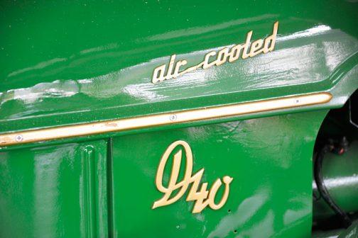 エンジンフードサイドに取付けられている車名のバッジ。この機体もD40LのLがとれてしまっています。