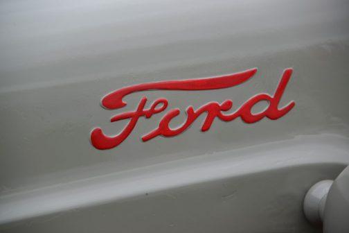 FORD640に戻ります。 その流線型に似合うFORDのロゴ。やはり流れるライン。