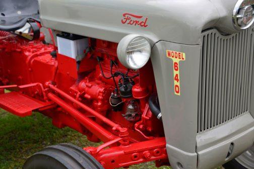 FORD640に戻ります。 tractordata.comによれば、FORD640はFord EAE Red Tiger、4気筒2.2Lガソリンエンジン。33馬力/2200rpmとなっています。