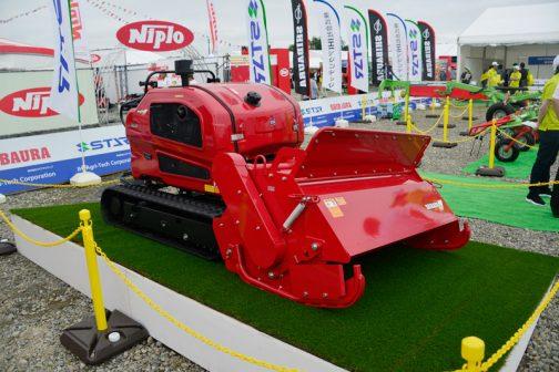 そのブースの中で一番気になったのがこのシバウラの赤を纏った乗用草刈機。ハンマーナイフモアSH1570T4です。