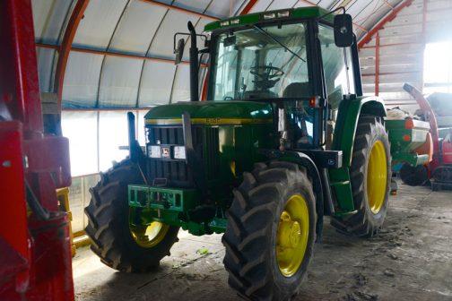 タイトルの話は後回しにして、JD6100です。tractordata.comによればジョンディアトラクターJD6100は1992年 - 1997年製造、4気筒4サイクルディーゼル4.5リッター75馬力らしいです。生産はおなじみドイツはマンハイムの工場。