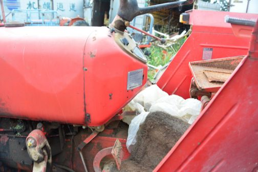 一方、インパネの少し下についている銀色のプレートに記載されていたのは・・・ ZETOR ヰセキ 名称 ゼトアトラクタ 型式 TZ5714 3.118ℓ 58ps/2200rpm 井関農機株式会社 とあり、5711と同じスペックです。イセキの社史である井関農機60年史によると、TZ5714はTZ5711の後継として1973(昭和48)年から