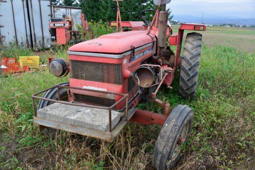 フェンダー裏に工具箱が見えますね。tractordata.comで調べてみると末尾2や4のZETORは見つかりません。もしかしたらイセキ用の番号だったのかもしれません。 tractordata.comに記載のある中で一番近いのは、ZETOR5711で1972年〜1978年で2WD ZETOR3.1L4気筒ディーゼル58馬力2200rpmとなっています。