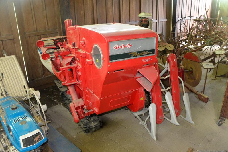 で、なぜかそこにあったのが日本で最初の自脱式コンバイン(と、当人が称している)井関農機のHD50型。『井関農機60年史』によると、1967(昭和42)年7月、国産自脱型コンバインの尖兵として生産・販売を開始した。とあります。