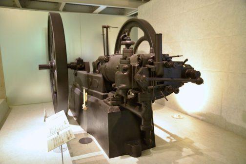 明治の時代、帝国大学工科大学で研究に使われた、オットー4サイクル内燃機関です。