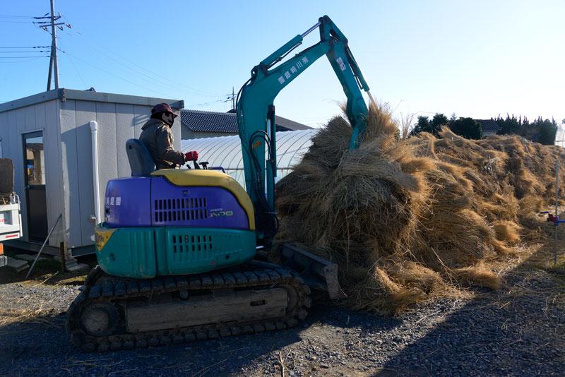 積み込み開始です。稲わらが長いので一度にたくさんくわえられ、積み込みは結構速いです。