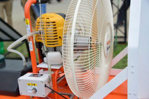 エンジンは刈払機タイプ。ファンは扇風機タイプと極めてシンプル。