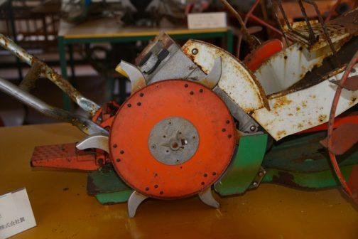 こちらはその(仮にひも苗用とします)TMI-4型の上付け部。どうなっているのかよくわかりませんが、この歯車様のもので苗を引き千切って土に埋込む感じではないでしょうか?
