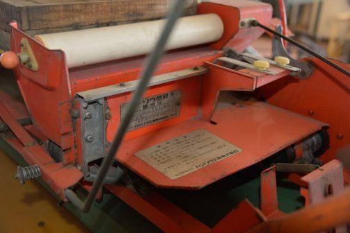 一方、マット苗タイプと思われるほうの機械にも銘板が付いています。