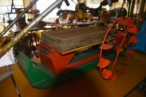 カンリウ工業株式会社製人力田植機、カンリウ田植機農研号TM1-1型です。 木製の苗箱が上に載っています。こういう箱を使って苗を育てたのですね!大きさはかなりコンパクト。ラジコンボートをふたまわり小さくして車輪とハンドルをつけた感じでしょうか?