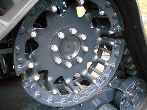 TJV885の駆動輪。2分割式でクローラのギザギザにローラーを引っ掛けるような作りになっています。
