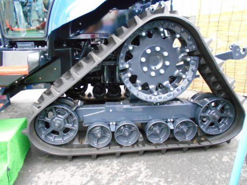 値段もそこそこに、TJV885のハーフクローラ部分です。転輪はクローラにテンションを掛けているフレームに吊り下げるような形で並んでいます。