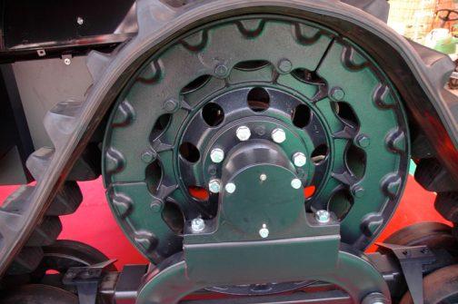 これはどこのトラクターでしょう?ヰセキとは違って向こうの見えない重厚な形。動輪は3分割になっていますね。