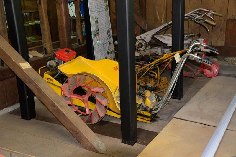 これがヤンマー・ダイキン工業のフロート式動力苗まき機(ひも苗式)ヤンマーFP2Aです。どういう構造かよくわからないのですが、歩行式の田植機だということはわかります。