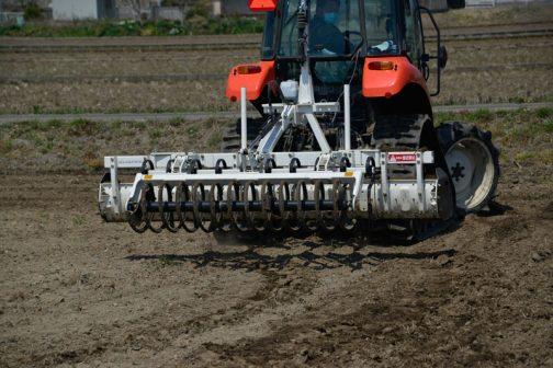 後ろにはリングがついていて、散らかした土をきれいにおさえるようになっています。