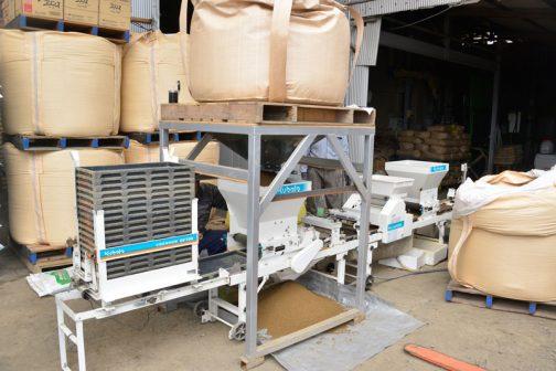 システムとしては、一番手前に空の苗箱自動供給機があり、その次に銀色の架台の自然落下式自作苗床土供給機(シャッターで調整する自然落下式)一般的な種まき機の構成が続いて、最後に自動箱積み機となっていました。なるべく人の手がかからないよう、動きも小さくて済むように考えられた構成です。