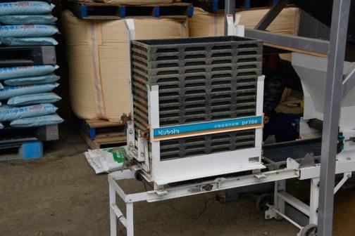 これが苗箱供給機。ガッタンガッタン途切れずに苗箱を落としていきます。