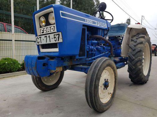 FORD1300です。tractordata.comによると1979年〜1982年。エンジンは2気筒15馬力/2700rpmシバウラLEK802Dとあり、LET802Cとなっている運輸省型式認定番号とは少々違っています。しかし、登録年や大きさ姿形なども似通っていて、FORDで売ったとしたらこれかなあ・・・という感じです。