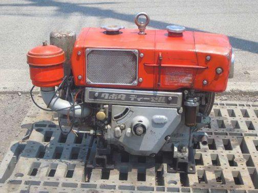 まずエンジンの画像を探します。このころのクボタディーゼルエンジンは、大抵タンクの下にクボタディーゼルバッジがついていて、しかもクランク回りが三角でシュッとしています。