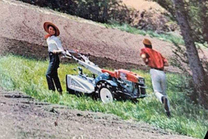 K700のカタログの一部です。耕うん機を中心に「私を捕まえて♡」追いかける男性「こいつぅー」というような後継が写真に捉えられています。1980年代でも通じるような耕うん機とは全く関係のないファンタジー。女性のファッションも作業する感じではありません。