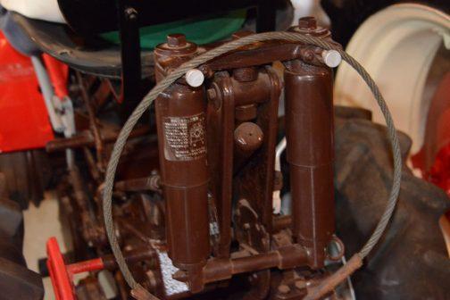 こちらのショックアブソーバーのほうは引っ掛けてあるのではなくちゃんと装備品でした。作業機の上げ下げのどちらかを油圧とわけあっているのですかねぇ・・・作業機上げを油圧が担当して、下げる時にただ油圧を抜くだけだと速く下がりすぎちゃうので、こういうショックアブソーバー的なものでゆっくり下げるようにしているとか・・・