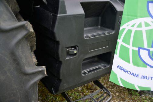 これはトラクターでいろいろ気になるもののひとつ。燃料タンクを撮ったもの。燃料タンクが樹脂製になって、形状の自由度が増し、ただの燃料タンクの用途だけでなく、このようにステップを切られたり、工具ボックスになっていたり、重量配分に使われたりしているのが興味深いです。