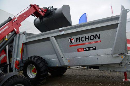 見上げるような大きさのマニアスプレッダー(ですよね?)に堆肥を積むには確かにこのような機械が必要です。