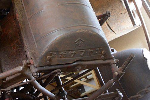 上の写真のカマボコ状のクランクカバー部分を拡大しています。『許式サマヤ特』とあります。なんと右書きです。これは一体どういうことでしょう。かなり古い機械だということは間違いなさそうです。