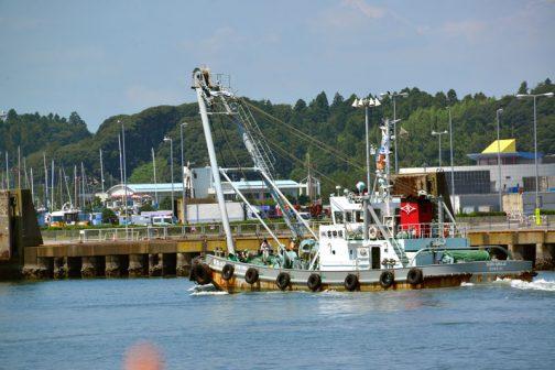 この巨大な船を押したり曳いたりするためじゃないかもしれませんが、同じ会社の作業支援船が走っています。