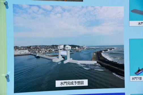 どうも漁港の入口に高潮対策の水門を取付ける工事の一部作業で、この画像にある水門の足の部分を据付けている様子でした。