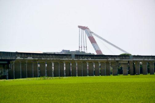ずっと続く高架は、鹿島臨海鉄道株式会社の大洗鹿島線の高架です。