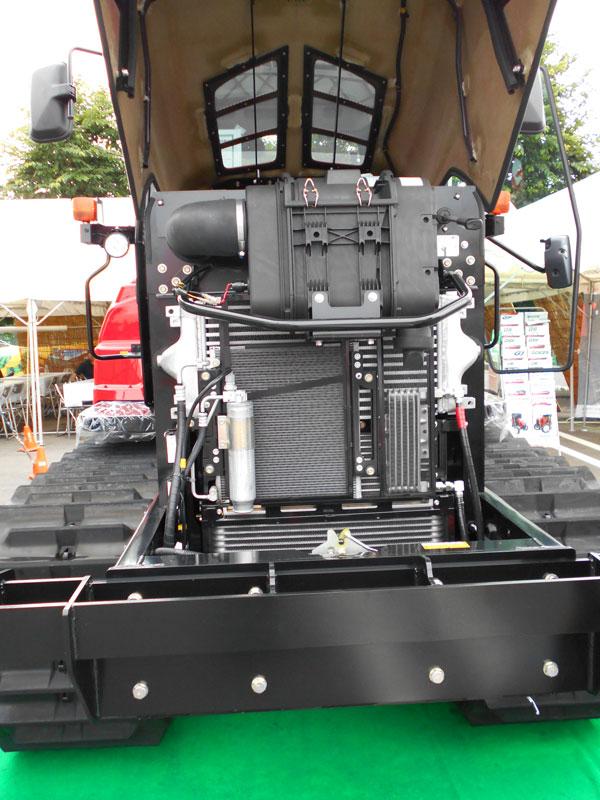 もっと近くに寄れればエンジンメーカーも確認できるんですが・・・ ただおもしろいのは、各種冷却コア類が市松模様のように縦横で並べられていること。スペースに余裕がある感じがします。