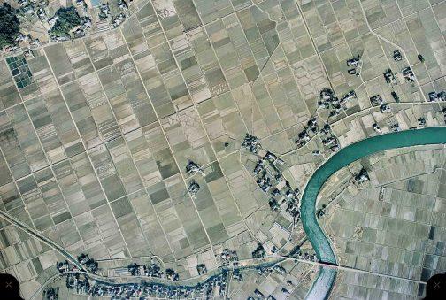 1975年昭和50年1月の写真です。島地区の田んぼもきれいに区画整理されてしまいました。