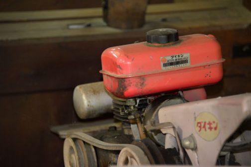 『再発見!日本で最初の動力式田植機かも!(いろいろ考えるに)ダイキン・ヤンマー動力苗まき機TP21(ひも苗式)@札幌農学校第二農場』の時に再発見したダイキン・ヤンマー動力苗まき機TP21の燃料タンク部分。