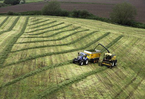 ギャラリーに作業している写真がありました。あ!これは牧草を裁断しているのかも。ロールベーラーの取込み口に少し似ています。