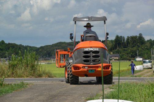 この日は久々にオレンジのローダーが出勤していました。日立建機のSW30です。(レンタルなんで何がやってくるかわからないのです)