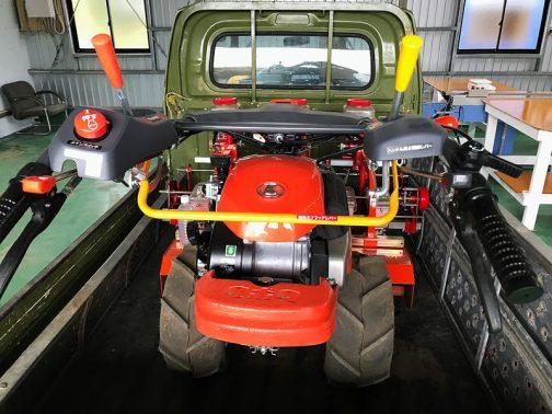クボタのTA700Nに小松菜用の播種機の付いたもので、おもしろいのはこれをバックで使うこと。