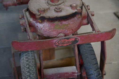 銘板部分です。shibauraの文字が確認できます。おっと!一輪車のタイヤ、左右でパターンが違いますね。間に合わせ感が出てます。一輪車って一輪車ですから、一台に1つの車輪・・・2台から取ったら同じタイヤとは限りませんものね。仕方ないです。