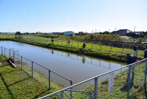 揚水機場の草刈りです。風がなく、水面が鏡のよう!