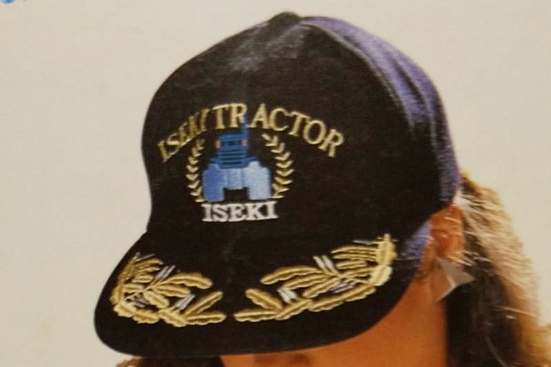 拡大してみます。ISEKI TRACTORと書かれ、あしらわれているのは青いTSの耕二じゃないですか!
